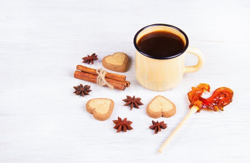 Café noir avec les épices et le caramel sur un bâton photo stock