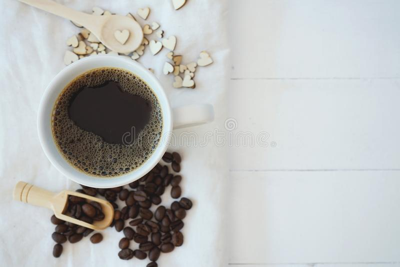 Café noir chaud de bulle fraîche dans la tasse en céramique blanche pure sur la table en bois blanche, concept d'amour de café, l images stock