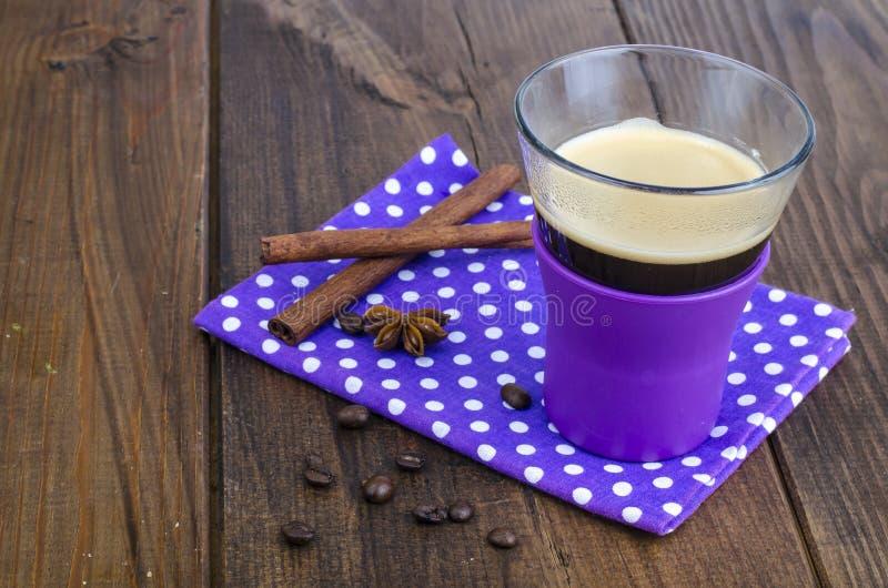 Café noir dans la tasse en verre sur la serviette, fond en bois images libres de droits
