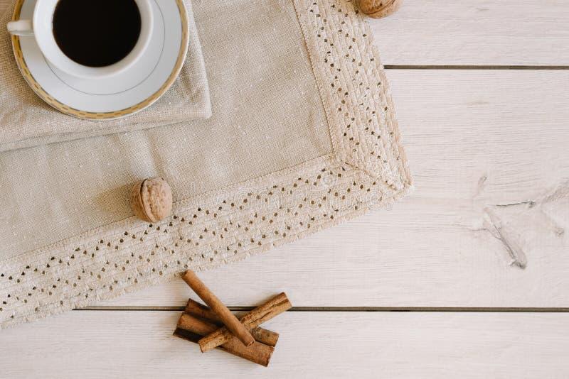Café noir dans une tasse blanche sur la serviette photos libres de droits