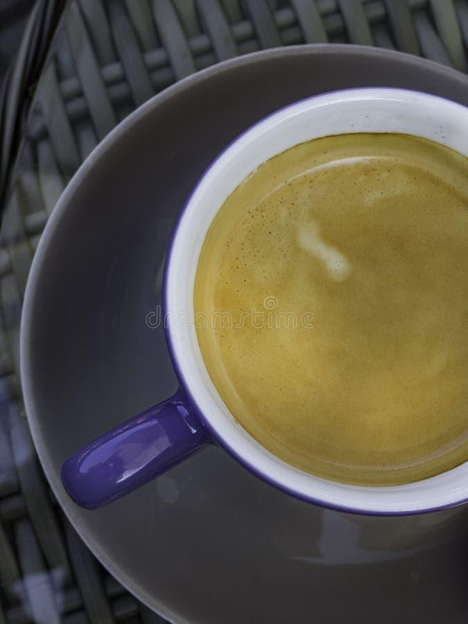 Café noir en plan rapproché en céramique de vue supérieure de tasse photographie stock