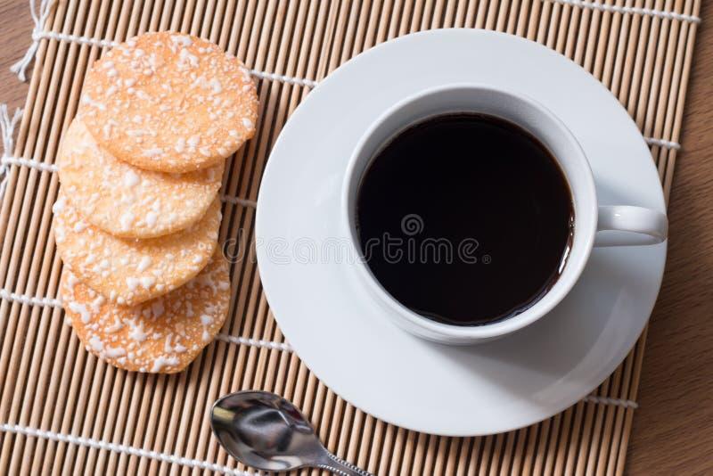 Café noir en tasse blanche et biscuits croustillants de riz avec sur le woode image libre de droits