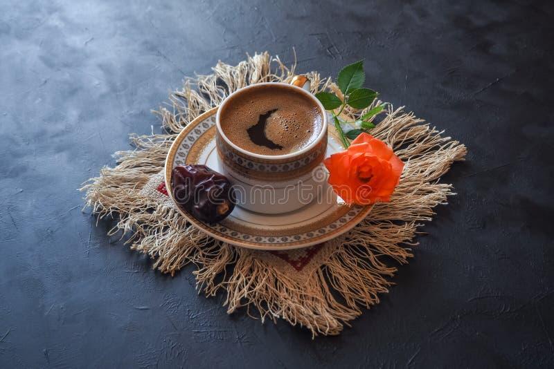 Café noir et dates sur la table noire Nourriture douce pour Ramadan images stock