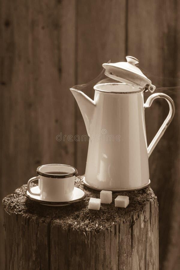 Café noir et pot chauds et aromatiques de vintage photo stock