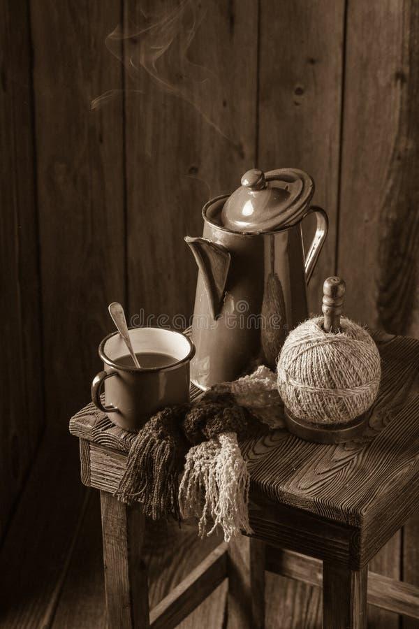 Café noir et pot fraîchement rôtis de vintage photographie stock libre de droits