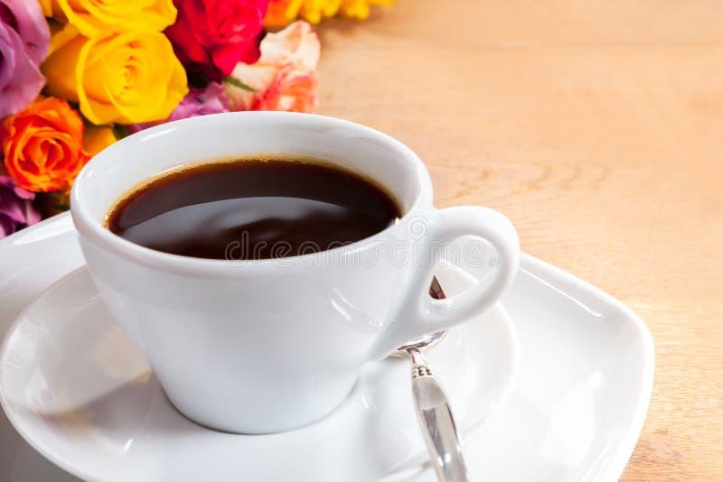 Café noir et roses frais pour le petit déjeuner photo libre de droits