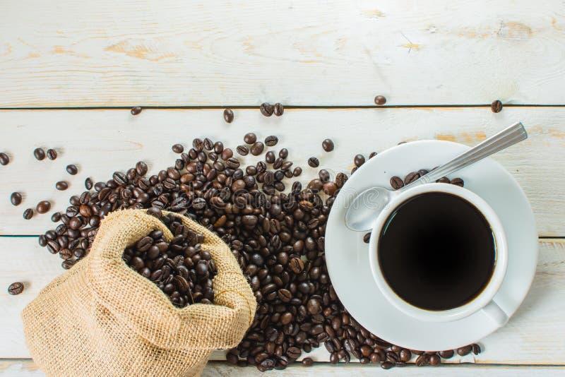 Café noir et sac de grains de café photographie stock