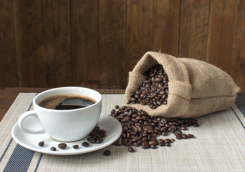 Café noir et sac de grains de café rôtis photo libre de droits