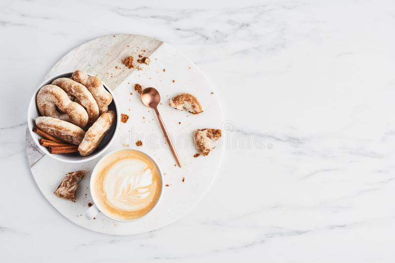 Café o capuchino con arte del latte y galletas del pan de jengibre Concepto del desayuno fotografía de archivo