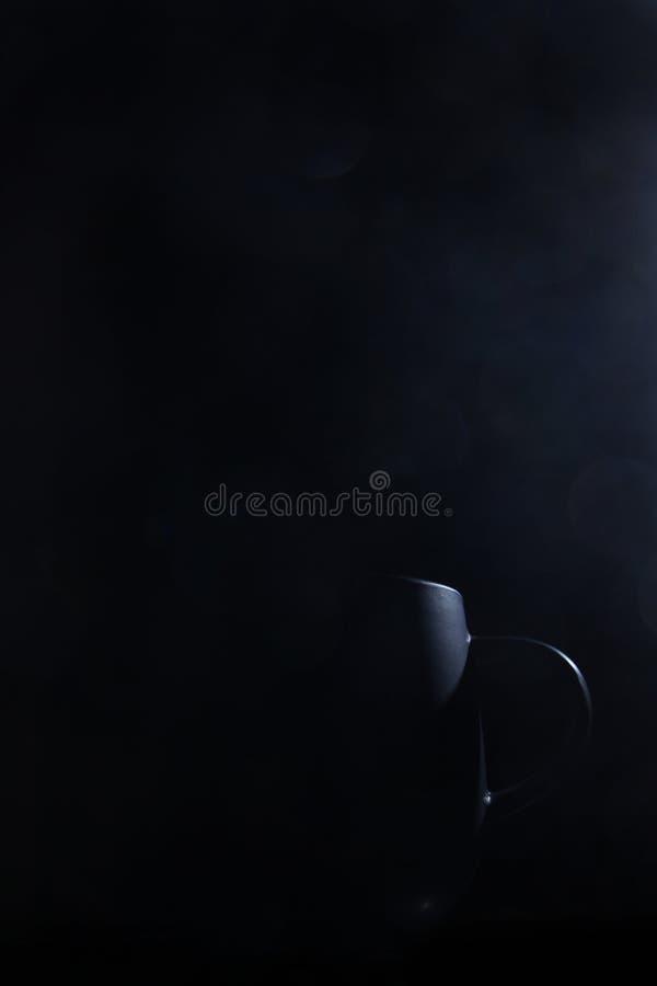 Café o té dramático de la taza del sitio oscuro fotografía de archivo libre de regalías