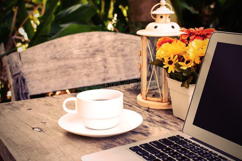 Caf ordinateur portable sur la table en bois avec la fleur photo stock image du noir - Vieillir du bois avec du cafe ...