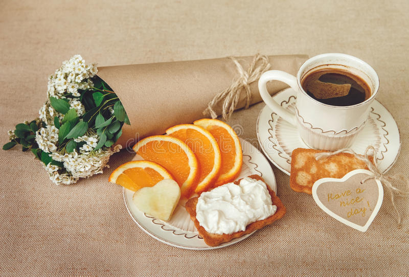 Café orgânico saudável do og de BreakfastCup, laranja do corte, biscoito com requeijão Cartão do desejo com flores foto de stock royalty free