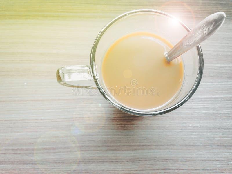 Café original de Asia con crema en taza transparente con la plata s imágenes de archivo libres de regalías