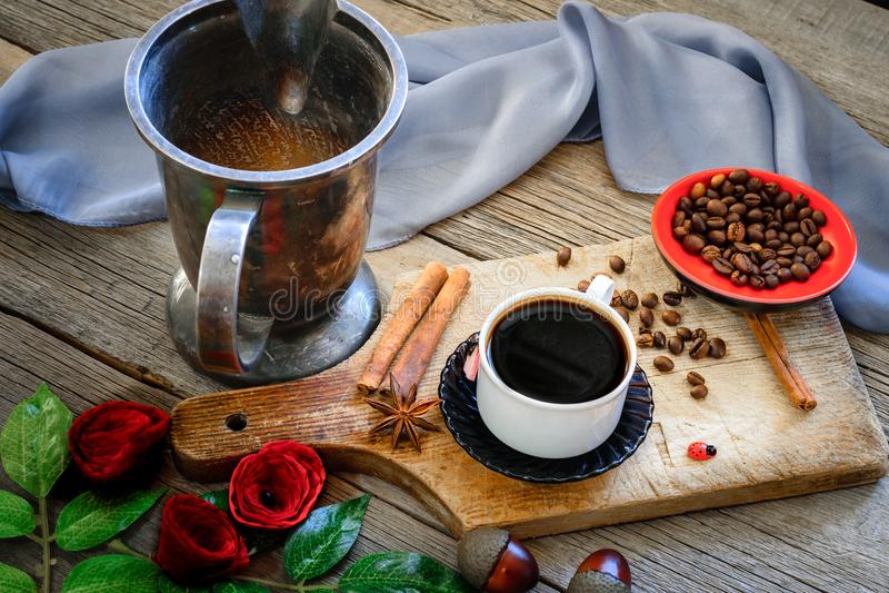 Café oscuro y granos de café marrones foto de archivo libre de regalías