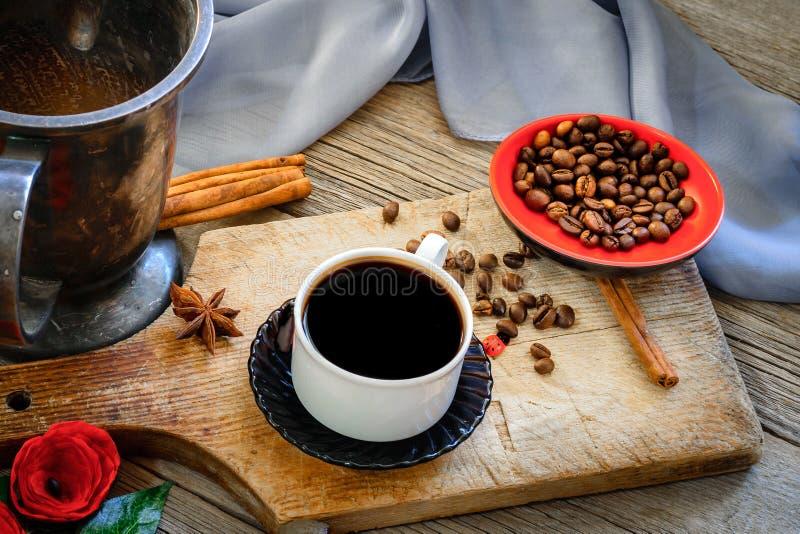 Café oscuro y granos de café marrones fotografía de archivo libre de regalías