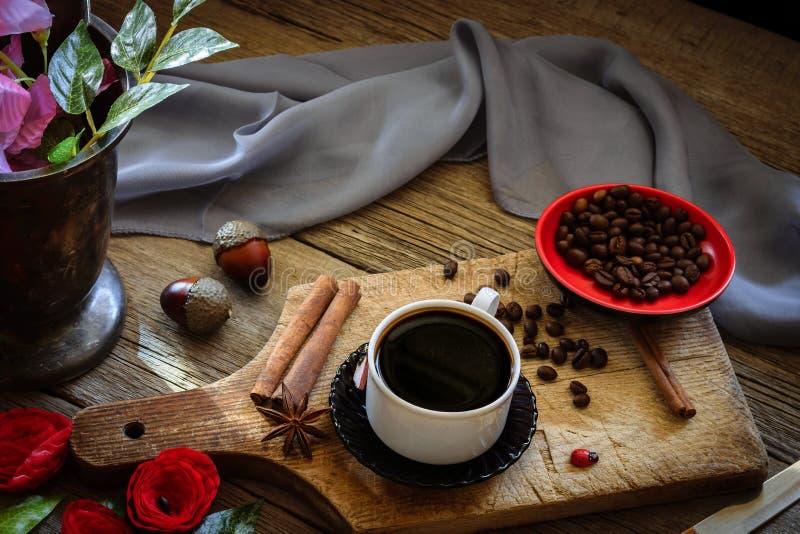 Café oscuro y granos de café marrones imagen de archivo