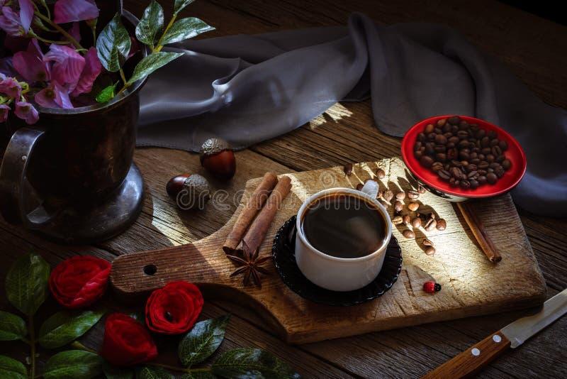 Café oscuro y granos de café marrones imagenes de archivo