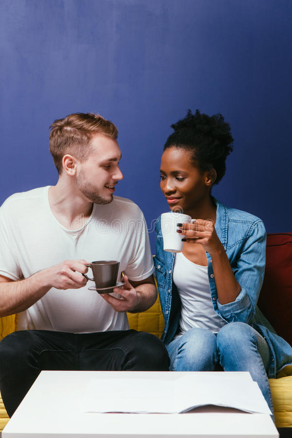 Café ou chá feliz da bebida dos pares Lazer home fotos de stock
