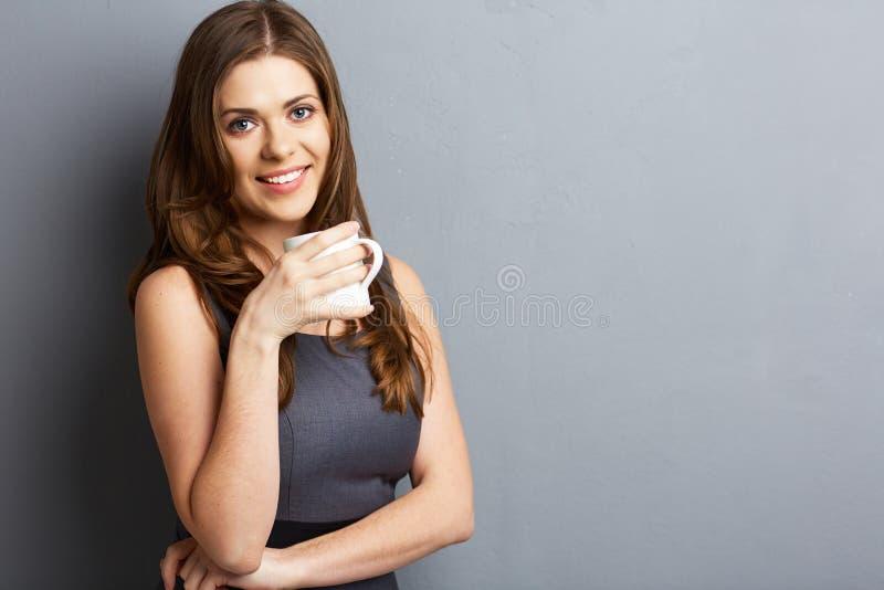 Café ou chá novo da bebida da mulher de negócio imagem de stock royalty free