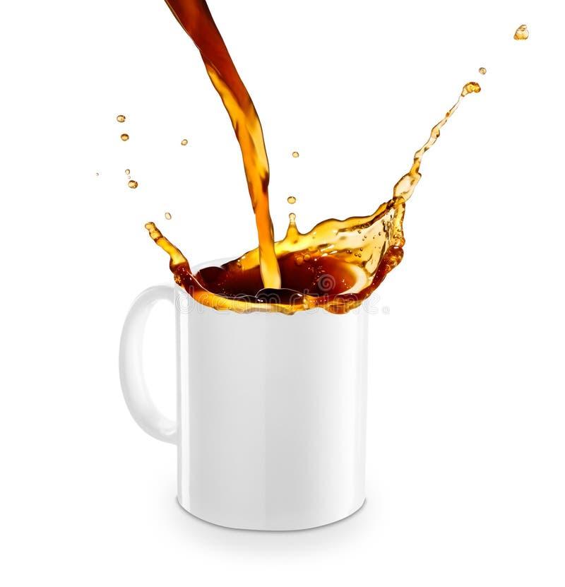 Café ou thé se renversant dans la tasse photos stock