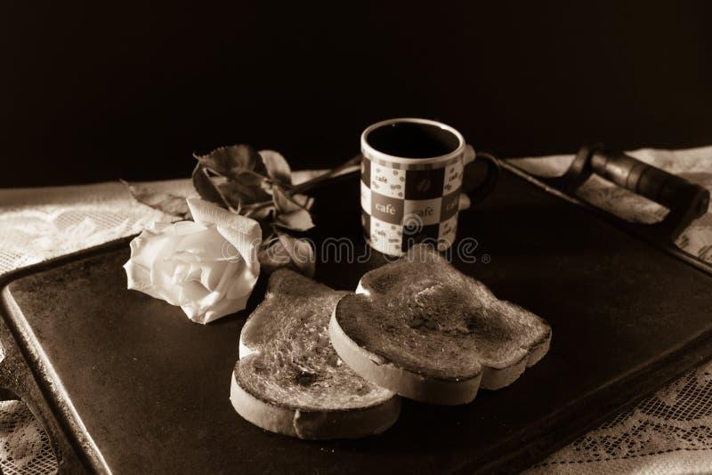 Café, pain grillé et roses, petit déjeuner romantique sur Valentine' ; jour de s Rétro style avec l'espace de copie photographie stock libre de droits