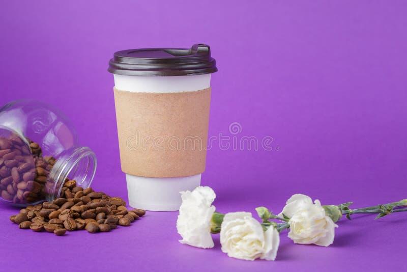 Café para viagem no copo de papel fechado com feijões imagens de stock royalty free