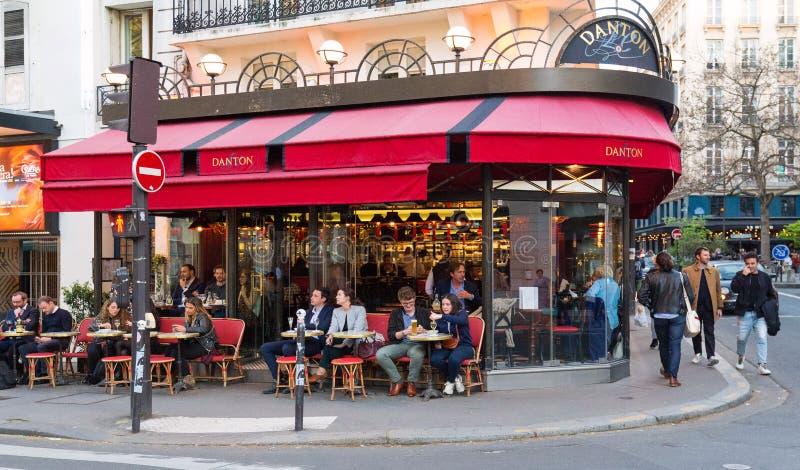 Café parisiense tradicional típico Danton situado no bulevar de St Germain Bulevar de St Germain conhecido para seus cafés foto de stock royalty free