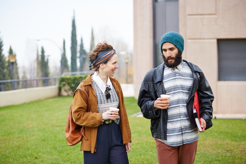 Café parlant et potable de couples de hippie pour aller images libres de droits
