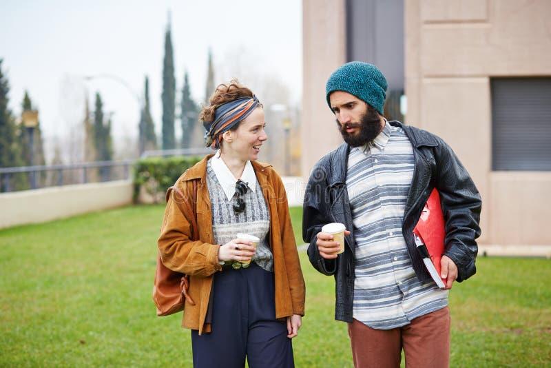 Café parlant et potable de couples de hippie pour aller photos libres de droits