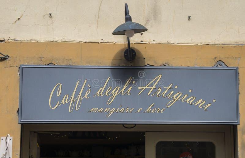 Café pequeno da rua no quadrado de Pitti em Florença - em FLORENÇA/ITÁLIA - 12 de setembro de 2017 imagem de stock royalty free