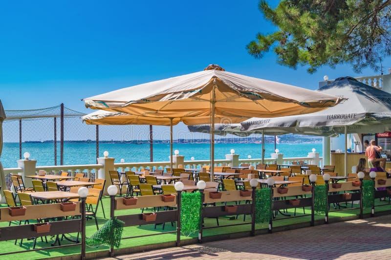Café pequeno na frente marítima do recurso de Gelendzhik no dia ensolarado na costa do Mar Negro, Gelendzhik, Rússia imagens de stock royalty free