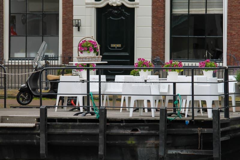 Café pequeno na margem perto do rio de Spaarne em Haarlem foto de stock