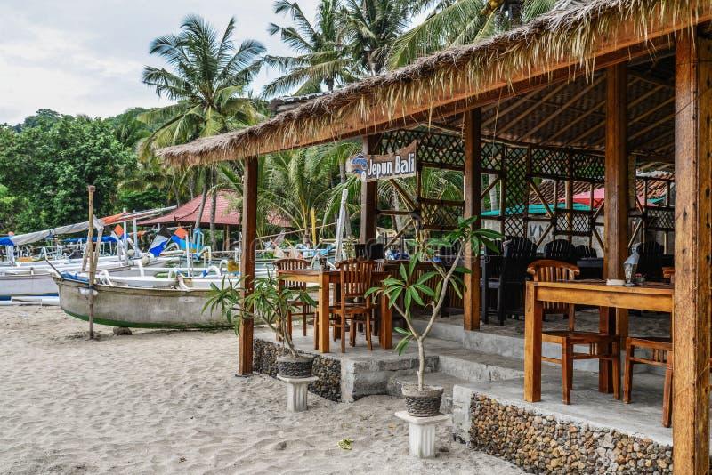 Café pequeno na praia tropical em Bali fotografia de stock royalty free