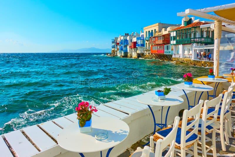 Café pequeno pelo mar em Mykonos foto de stock