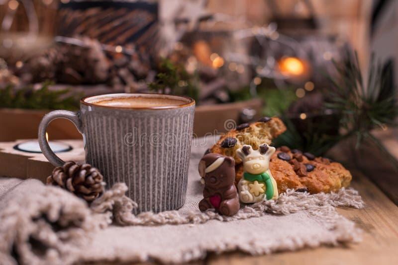 Café perfumado, chocolates sob a forma das figuras do Natal Cookies e bebida quente para o feriado Atmosfera acolhedor, velas imagens de stock