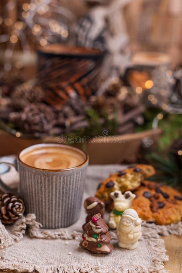 Café perfumado, chocolates sob a forma das figuras do Natal Cookies e bebida quente para o feriado Atmosfera acolhedor, velas imagem de stock royalty free