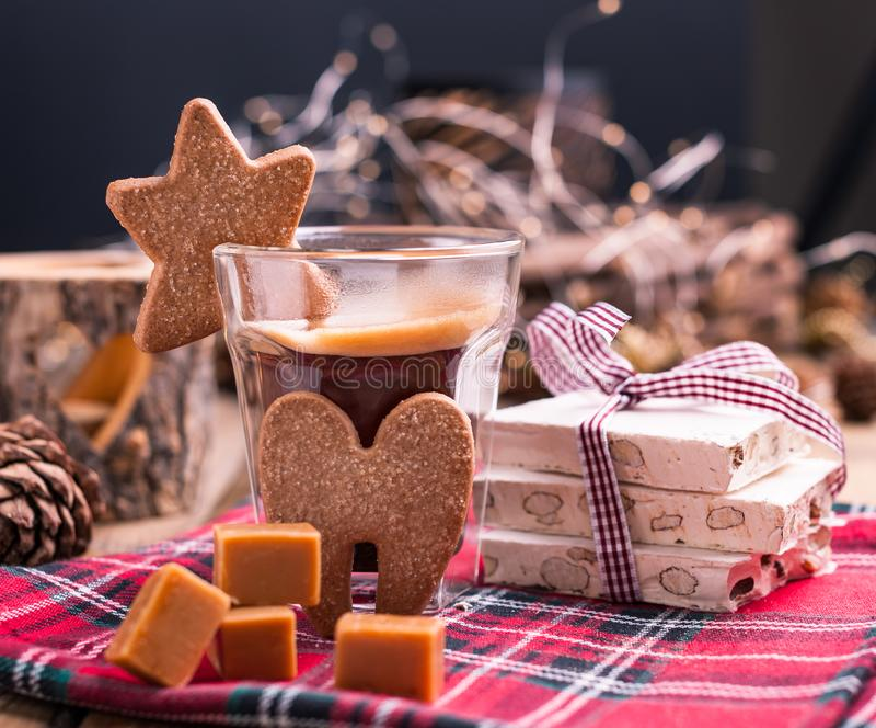 Café perfumado, chocolates sob a forma das figuras do Natal Cookies e bebida quente para o feriado Atmosfera acolhedor, velas imagens de stock royalty free