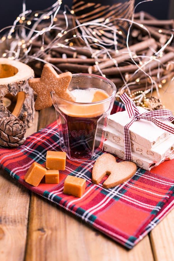 Café perfumado, chocolates sob a forma das figuras do Natal Cookies e bebida quente para o feriado Atmosfera acolhedor, velas foto de stock