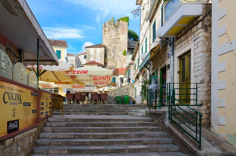 Café-pizzeria sur la place de Nikola Dzhurkovich dans Herceg Novi, Monténégro photos stock