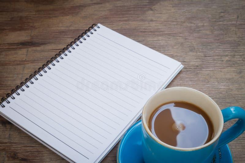 Café placé sur un plancher en bois photos libres de droits