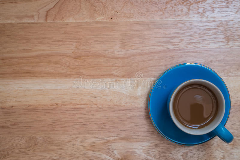 Café placé sur un plancher en bois photos stock