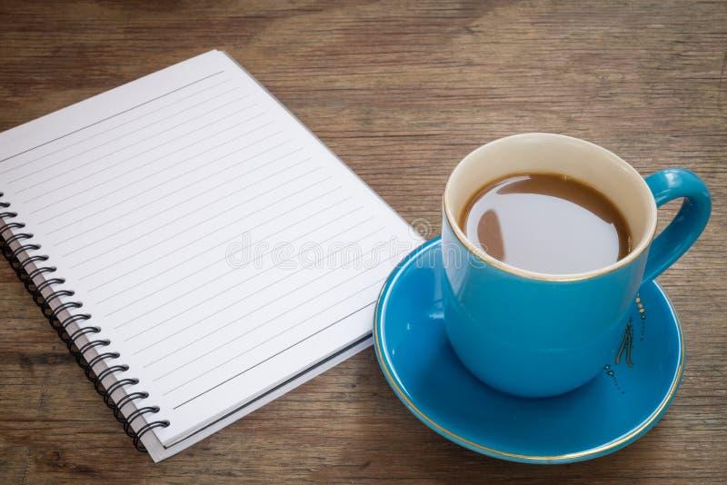 Café placé sur un plancher en bois images stock
