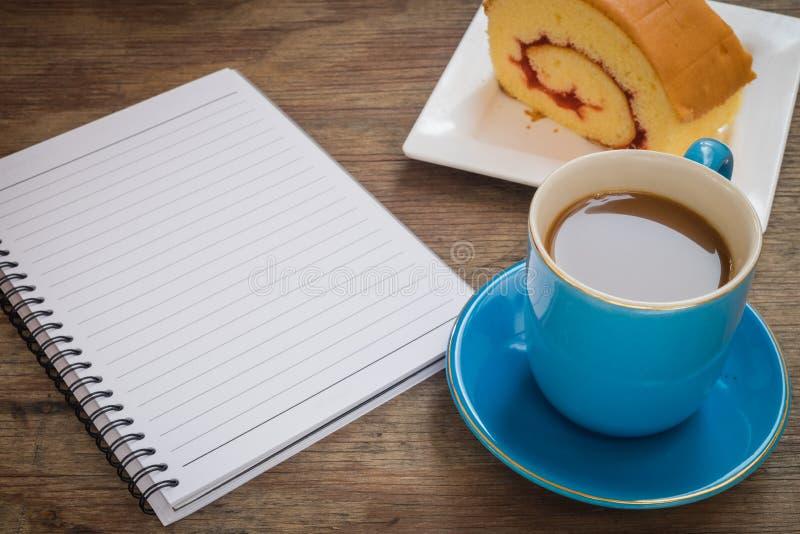 Café placé sur un plancher en bois photo libre de droits