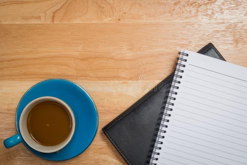 Café placé sur un plancher en bois photographie stock