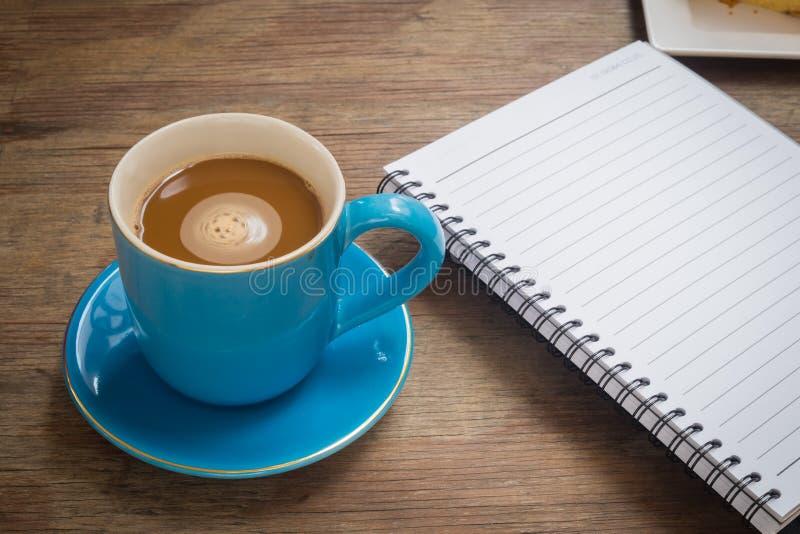 Café placé sur un plancher en bois images libres de droits
