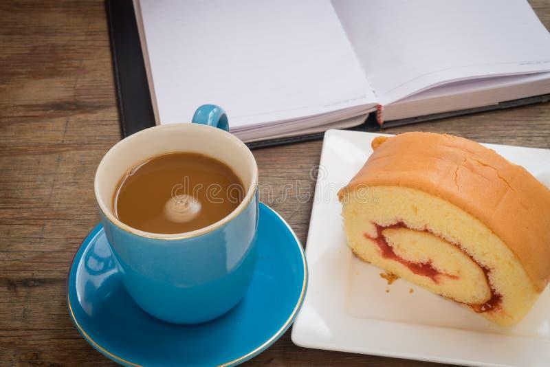 Café placé sur un plancher en bois image libre de droits
