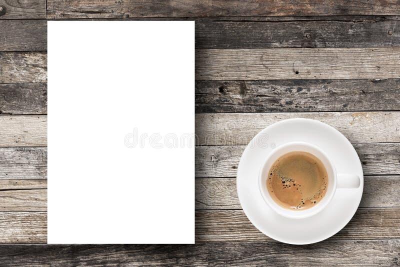 Café plat d'expresso de configuration en tasse de café et papier blanc blanc photographie stock libre de droits