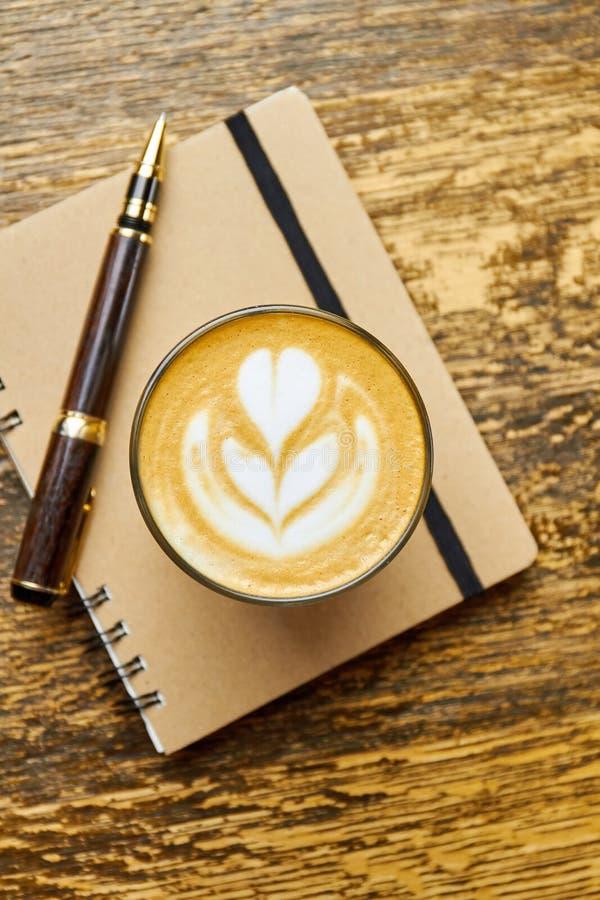 Café, pluma y cuaderno foto de archivo libre de regalías