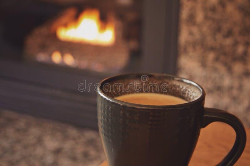 Café por la chimenea imagenes de archivo