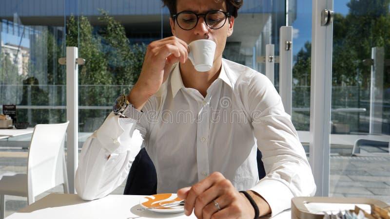 Café potable d'homme élégant dehors photo libre de droits